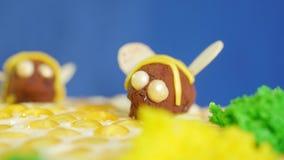 Piękny miodowy tort dekorował z pszczołami śmietanka Piękny miodowy tort Piękna pszczoła na torcie, zbliżenie zdjęcie wideo