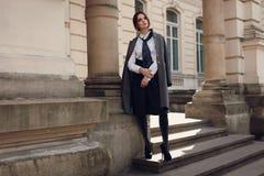 Piękny moda model W Modnej odzieży Na ulicie obraz royalty free