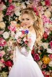 piękny model mody panna młoda zmysłowa Kobieta z ślubną suknią Obrazy Royalty Free