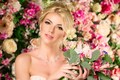 piękny model mody panna młoda zmysłowa Kobieta z ślubną suknią Obraz Royalty Free