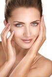 Piękny model pokazuje ona perfect skóry twarz fotografia stock