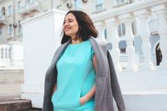 Piękny model w błękit sukni i siwieje żakiet na miasto ulicie zdjęcie stock