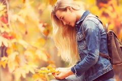 Piękny model w jesień parku Fotografia Royalty Free