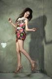 Piękny model w kolorowym smokingowym doskakiwaniu, pojęcie radość, happi zdjęcia royalty free