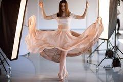 Piękny model w latania smokingowy pozować w studiu Fotografia Royalty Free