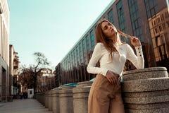 Piękny model z długim blondynem ubierał w eleganckich i modnych ubraniach obrazy royalty free