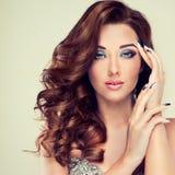 Piękny model z długim kędzierzawym włosy Zdjęcie Stock