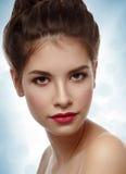 Piękny model z elegancką fryzurą abstrakcjonistycznych gwiazdkę tła dekoracji projektu ciemnej czerwieni wzoru star white Wi Zdjęcie Royalty Free