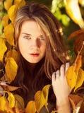 Piękny model z jesień liśćmi i spadku kolor żółty uprawiamy ogródek backgr Fotografia Royalty Free
