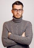 Piękny modny facet z szkłami i puloweru pozować Fotografia Stock