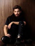 Piękny modny mężczyzna przeciw drewnianej ścianie Obraz Royalty Free
