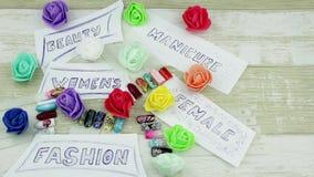 Piękny modny manicure z kwiatami zbiory wideo
