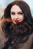 Piękny Modny Surowy moda model w Futerkowym żakiecie luz zdjęcie stock
