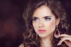 Piękny mody kobiety model z falisty długie włosy ea i modą obraz stock