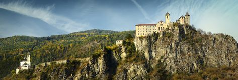 Piękny monaster Sabiona blisko Chiusa Klausen Valle Isarco, Bolzano Trentino Adige w Włochy obrazy royalty free