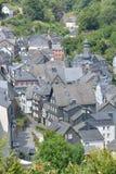 Piękny Monschau w Niemcy z czerwień domem zdjęcie royalty free