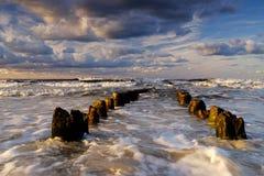Piękny morze krajobraz, burza na morzu bałtyckim, chmurny niebo, fale łama nad falochronami obrazy royalty free