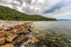 PIĘKNY morze z górami w Nha Trang, Wietnam KHANH HOA WIETNAM, AUG - 02, 2014 - Nha Trang jest nabrzeżnym kapitałem i miastem Obraz Stock