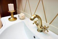 Piękny mosiężny faucet w retro i białym zlew fotografia royalty free