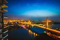 Piękny most i rzecznych krajobrazów ptasi ` s przyglądamy się widok podczas zmierzchu, Bangkok Obrazy Royalty Free
