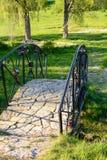 Piękny most nad zatoczką w parku Zdjęcia Royalty Free