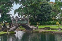 Piękny most w Tirta Gangga wody pałac na Bali wyspie, Zdjęcia Stock