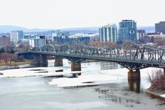 Piękny most z nowożytnymi budynkami Obraz Stock