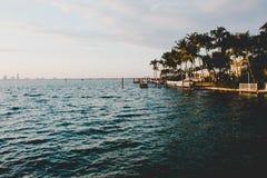 Piękny nabrzeżny tropikalny miasteczko blisko morza obrazy royalty free