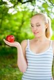 Piękny napad i zdrowa kobieta target1077_1_ jabłka Obrazy Royalty Free