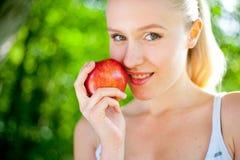 Piękny napad i zdrowa kobieta target1153_1_ jabłka Obraz Stock