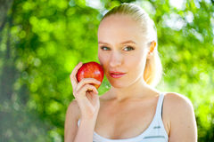 Piękny napad i zdrowa kobieta target1172_1_ jabłka Obraz Royalty Free