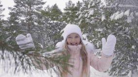 Piękny nastolatek dziewczyny cieszenia zimy opad śniegu w śnieżnym lasowym zwolnionym tempie zbiory wideo