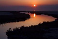 Piękny natura krajobraz, słońce odbijał na wodzie przy zmierzchem Obrazy Stock