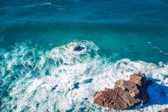 Piękny naturalny abstrakcjonistyczny tło, turkus woda i fala, Zdjęcia Royalty Free