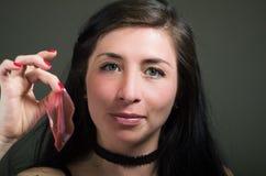 Piękny naturalny dziewczyny kobiety mienie w jej ręce warg menchii maska, zdrojów traktowania Kosmetologia w ciemnym tle Obraz Royalty Free