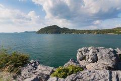 Piękny naturalny seacoast nad rockową górą Zdjęcia Royalty Free