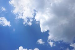 Piękny natury niebieskie niebo z chmurami, niebo chmurnieje tło, cloudscape, niebo i chmury, Fotografia Stock