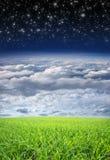 Piękny natury tło z niebem i trawą zdjęcia stock