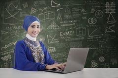 Piękny nauczyciel muzułmański Zdjęcia Royalty Free
