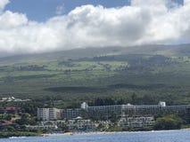 Piękny niebieskie niebo, góra i morze w Maui! fotografia stock