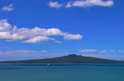 Piękny niebieskie niebo nad rangitoto wyspą w Auckland, Nowa Zelandia zdjęcie stock