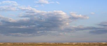 Piękny niebieskie niebo w diunach wzdłuż morza z głęboki biały z chmurami i błękitnym, Ukraina Obrazy Royalty Free