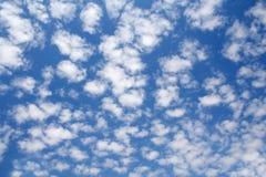 Piękny niebieskie niebo z białymi obdartymi chmurami obrazy stock