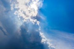 Piękny niebieskie niebo z chmurami i słońce promieniami Fotografia Royalty Free