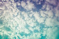 Piękny niebieskie niebo z chmurnym w kontekście niebieskie chmury odpowiadają trawy zielone niebo białe wispy natury Przecinający Obraz Stock