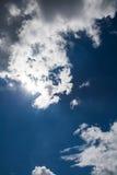 Piękny niebieskie niebo z chmurnym w kontekście niebieskie chmury odpowiadają trawy zielone niebo białe wispy natury Outdoors na  Zdjęcie Royalty Free