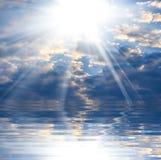 Piękny niebieskie niebo z jaskrawym słońcem zdjęcia stock