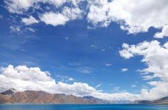 Piękny niebieskiego nieba i błękita Pangong jezioro, HDR Zdjęcia Stock