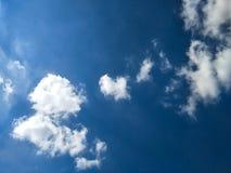 Piękny niebieskiego nieba tło w dniu fotografia stock