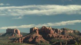Piękny niebo nad pięknymi czerwieni skały górami zbiory wideo